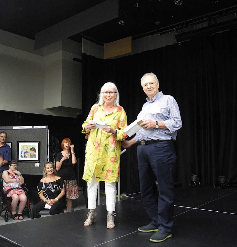 Michel Legault remet le 3e prix du coup de coeur à Christiane Ramsay élève de Réal Campeau