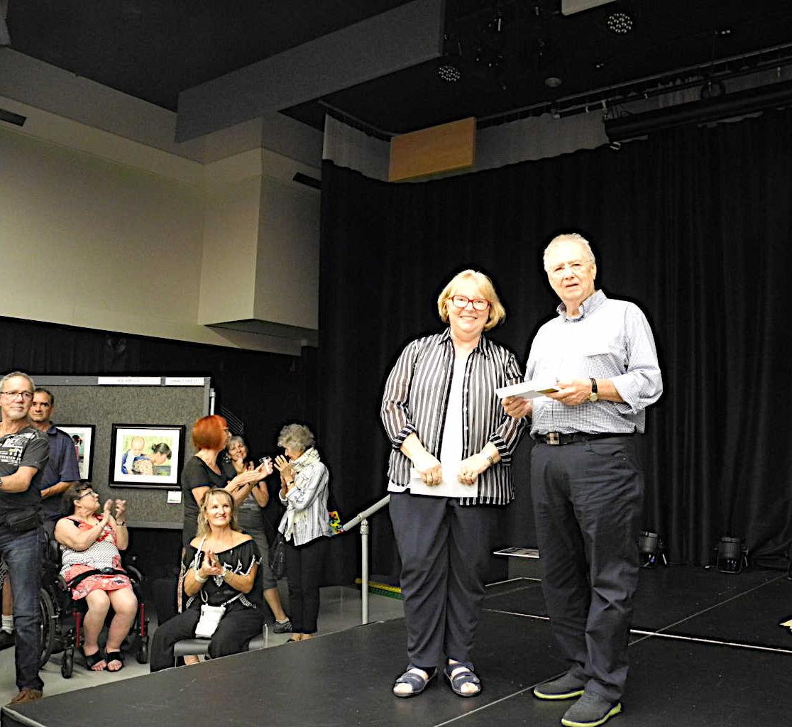 Michel Legault remet le 2e prix coup de coeur à Suzanne Cloutier élève de Diane Forest